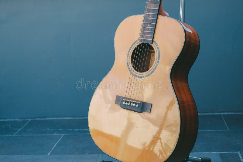 Configurazione classica della chitarra da stile di legno fotografia stock libera da diritti