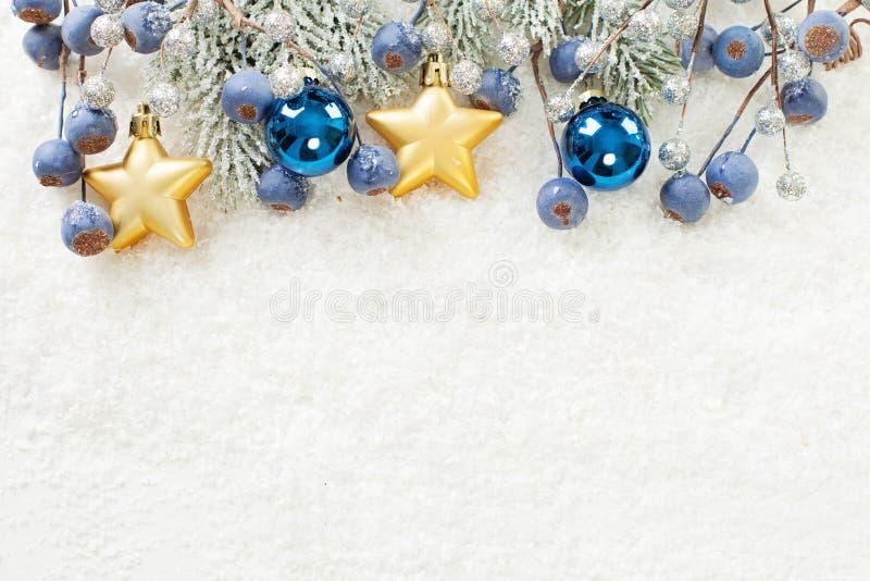 Confine blu, dorato e d'argento di Natale Composizione in natale con il ramo verde nevoso dell'abete, stelle d'oro immagine stock