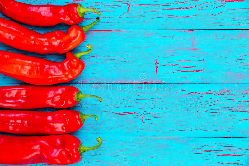 Confine dei peperoncini freschi roventi variopinti fotografie stock