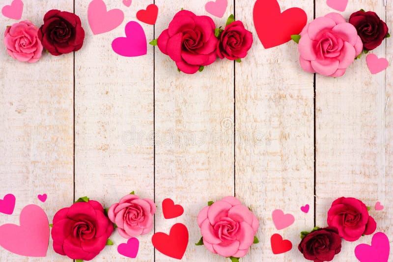 Confine del doppio di giorno di biglietti di S. Valentino dei cuori e delle rose contro legno bianco rustico immagine stock