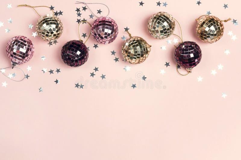 Confine delle decorazioni di Natale e dello spazio della copia su un backgr rosa fotografia stock libera da diritti