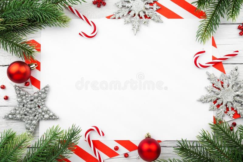 Confine di Natale - rami di albero con le palle, la caramella e la stella fotografie stock libere da diritti
