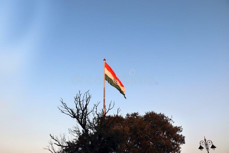 Confine di Wagha in Panjab, India il 15 dicembre nel 2018: - bandiera nazionale indiana che ondeggia nel vento fotografie stock libere da diritti