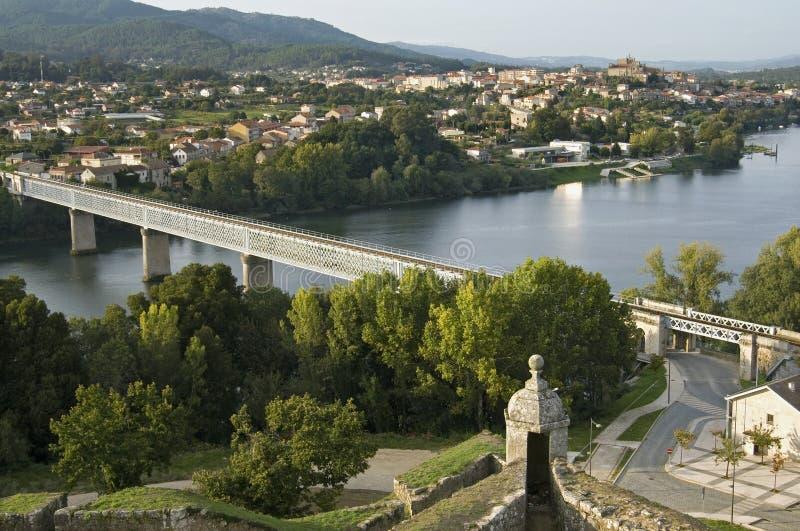 Confine el río, puente, entre Portugal y España imagenes de archivo
