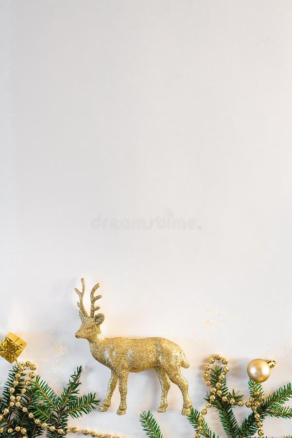Confine natalizio di rami di irrorazione e giocattoli natalizi con Preparazione del nuovo anno Sfondo natalizio o cartolina posta fotografia stock libera da diritti