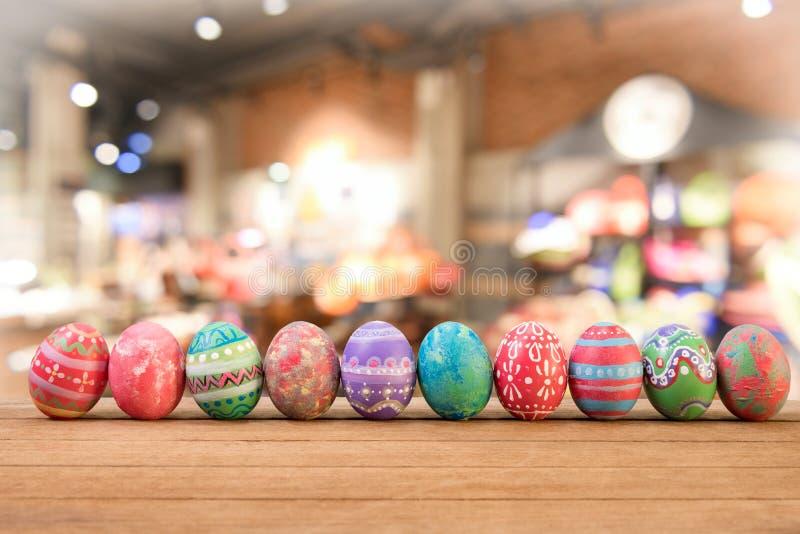 Confine variopinto del lato dell'uovo di Pasqua contro immagine stock