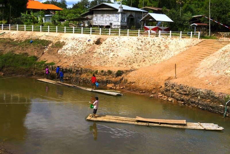 Confini la gente del Laos e tailandese noi fiume trasversale fotografie stock