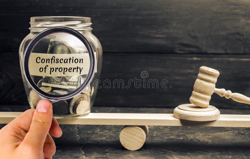 Confiscation de concept de capital et de propriété Fraude fiscale malveillante Affaire pénale et dommages à l'état Argent modifié image libre de droits