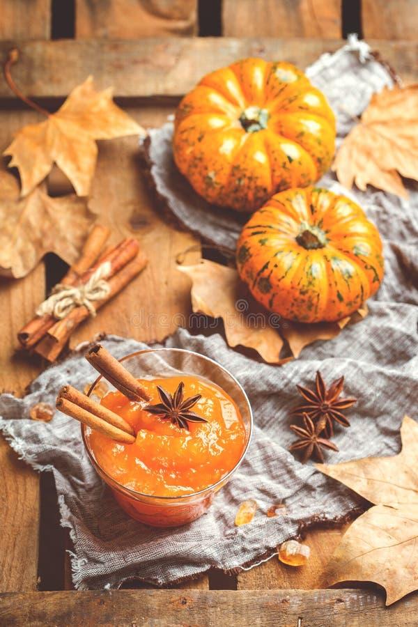 Confiserie de confiture de potiron d'automne de chute avec des épices, modifiées la tonalité image libre de droits