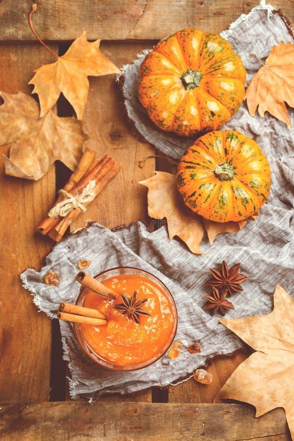 Confiserie de confiture de potiron d'automne de chute avec des épices, modifiées la tonalité photographie stock