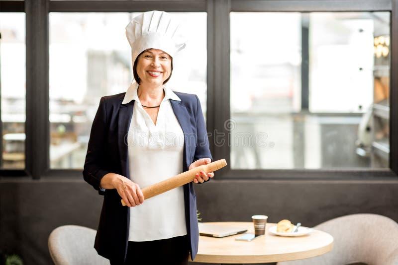 Confiseur supérieur de chef dans la boutique de boulangerie photographie stock