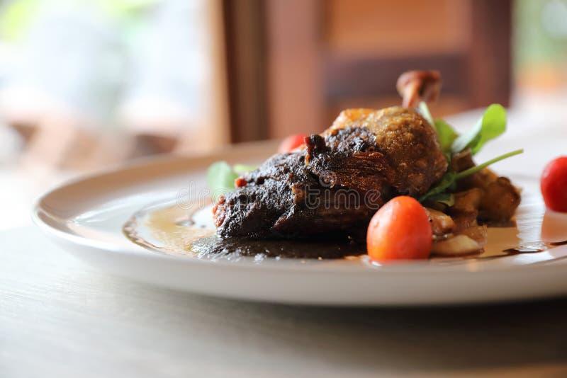 Confit утки, зажаренная в духовке еда утиной ножки французская стоковые фотографии rf