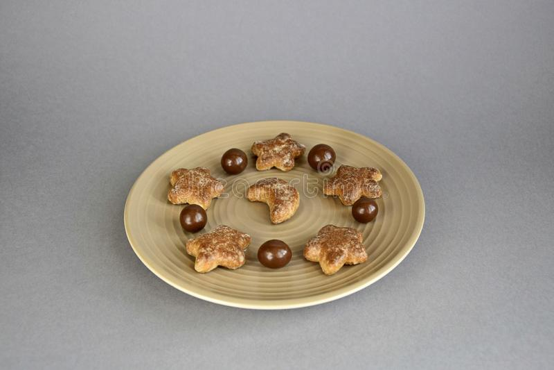Confiter?a, bolas del chocolate y galletas en una placa de cer?mica imagen de archivo