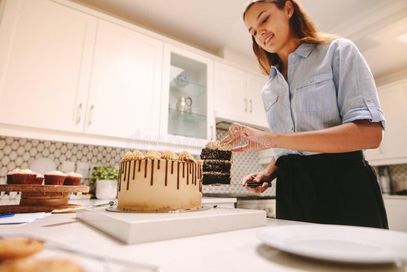 Confitero de la mujer en cocina fotografía de archivo