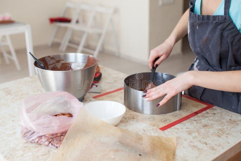 Confitero profesional que hace la torta sabrosa con el chocolate derretido Cocinar concepto fotos de archivo