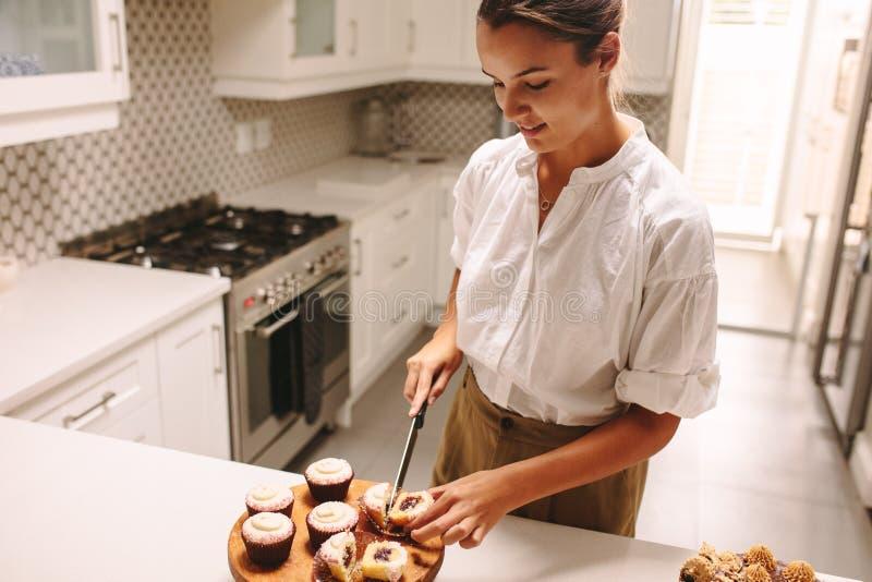 Confitero que hace los pasteles deliciosos fotos de archivo libres de regalías