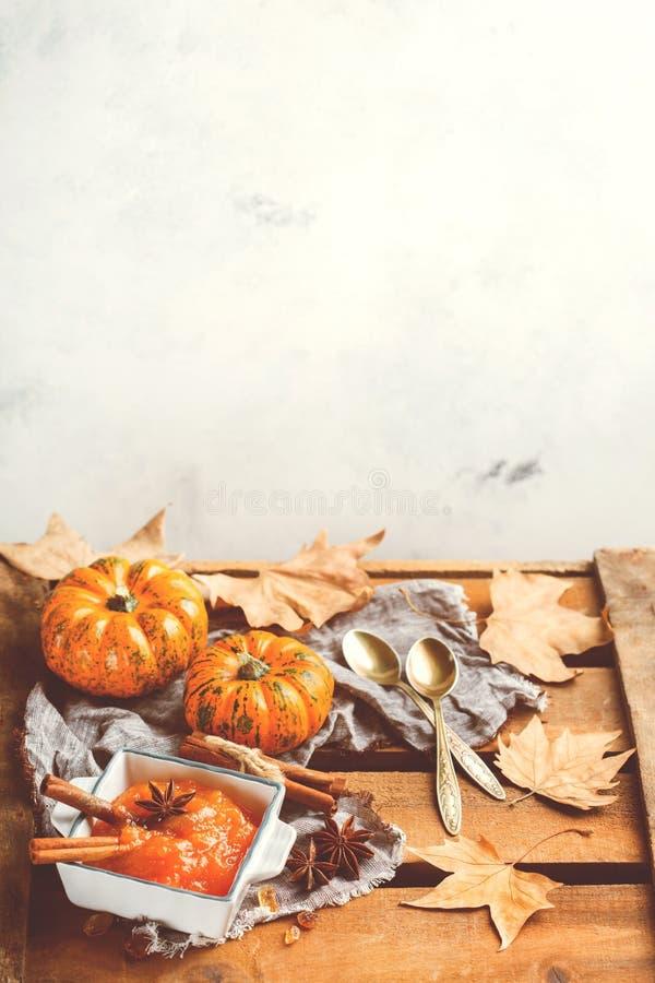 Confitura del atasco de la calabaza de otoño de la caída con las especias, entonadas imágenes de archivo libres de regalías