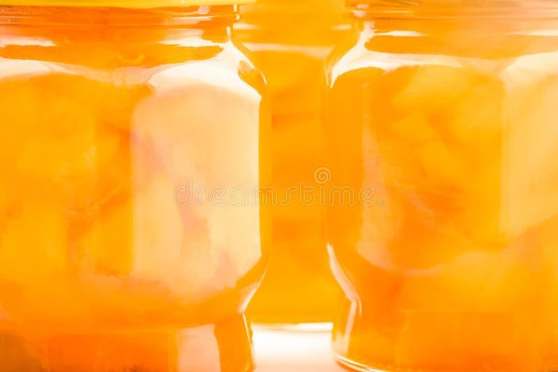 Confiture d'abricot dans des pots en verre à la lumière du soleil photographie stock libre de droits