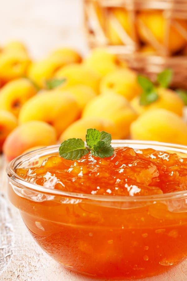 Confiture d'abricot dans un bol en verre photo stock