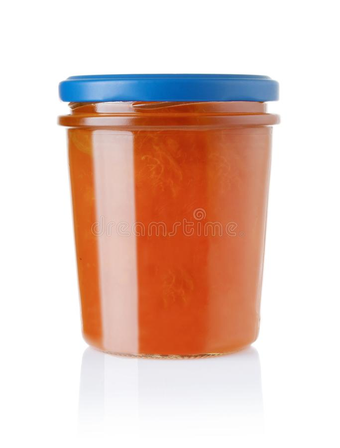 Confiture d'abricot dans un pot en verre d'isolement sur le blanc photographie stock