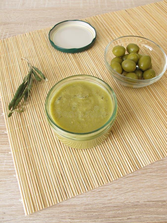 Confiture d'olive verte dans le pot image libre de droits