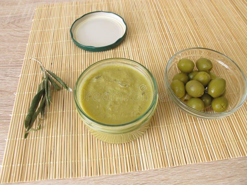 Confiture d'olive verte dans le pot photos libres de droits