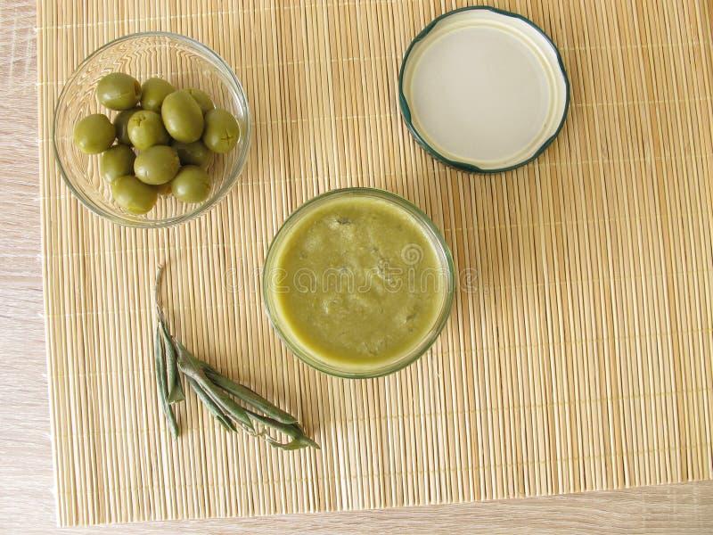 Confiture d'olive verte dans le pot photographie stock libre de droits