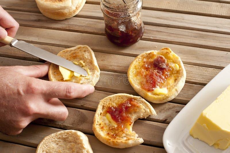 Confiture d'oranges et bâton de beurre par les petits pains anglais image libre de droits