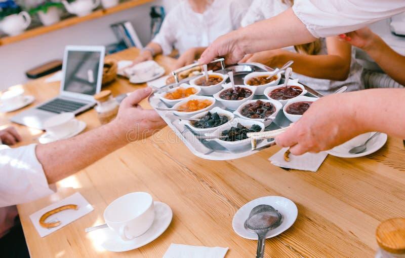 confiture de biscuits de thé de table de personnes de petit déjeuner de matin photo libre de droits