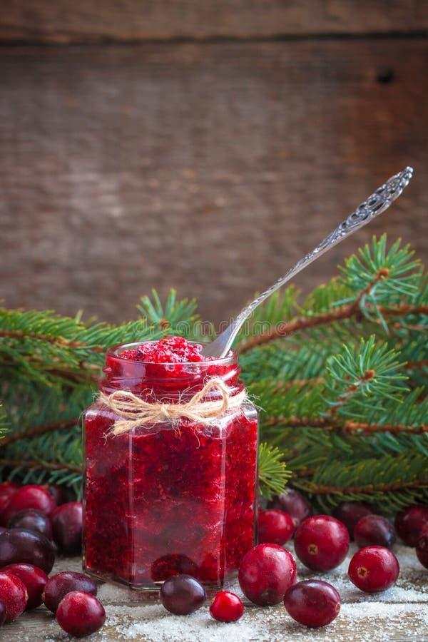 Confiture de canneberge de Noël et canneberges fraîches dans la tradition de Russe de nouvelle année de sucre photographie stock libre de droits