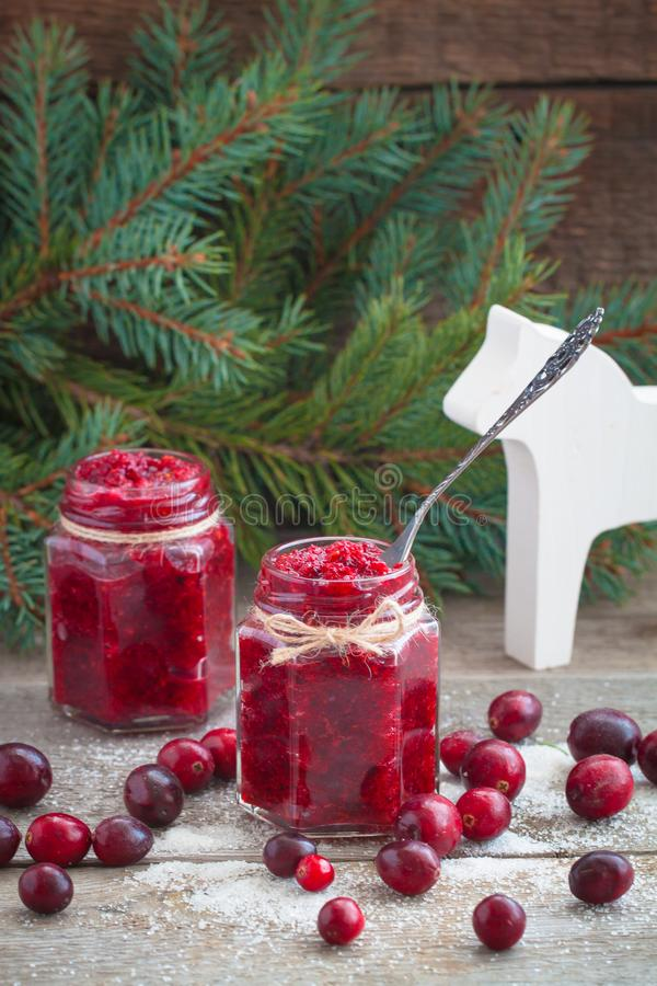 Confiture de canneberge de Noël et canneberges fraîches dans la tradition de Russe de nouvelle année de sucre images stock