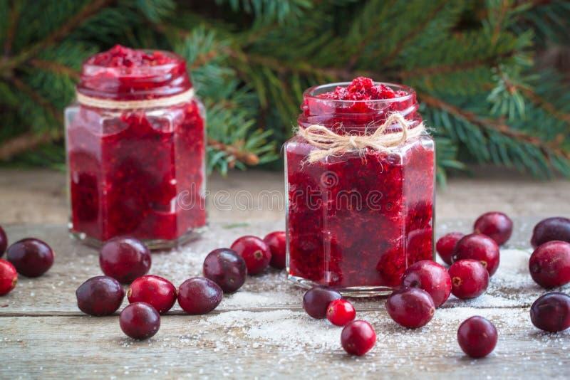 Confiture de canneberge de Noël et canneberges fraîches dans la tradition de Russe de nouvelle année de sucre photographie stock