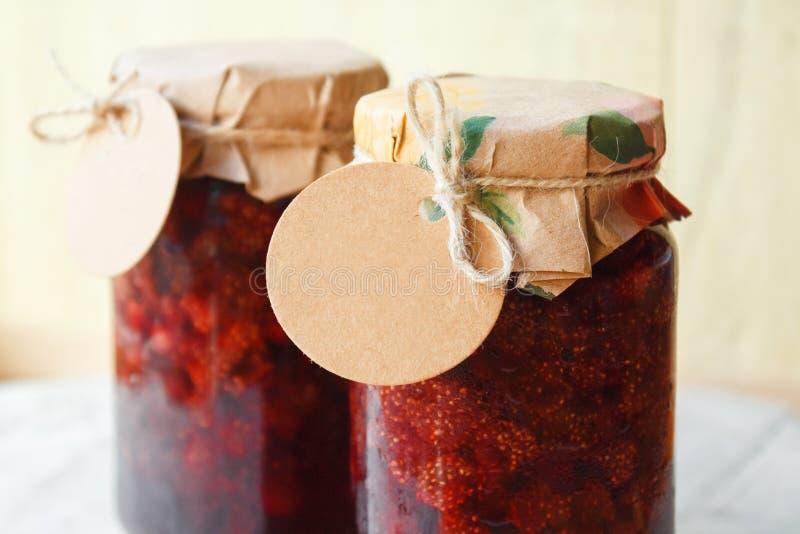 Confiture de fraise avec un label vide images stock