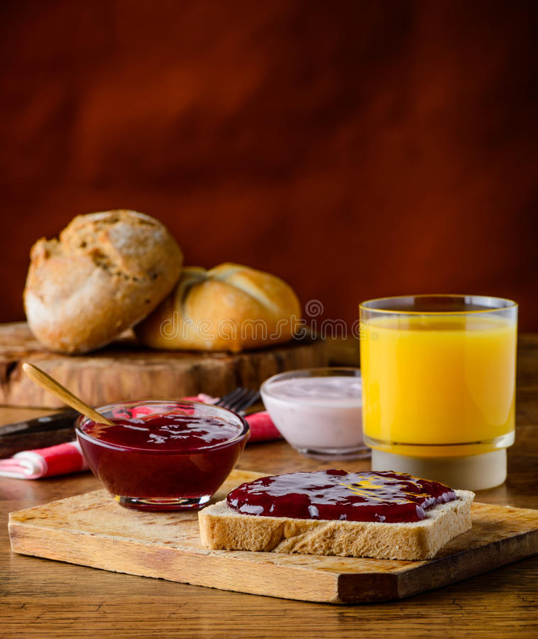 Confiture de fruit et jus d'orange image stock
