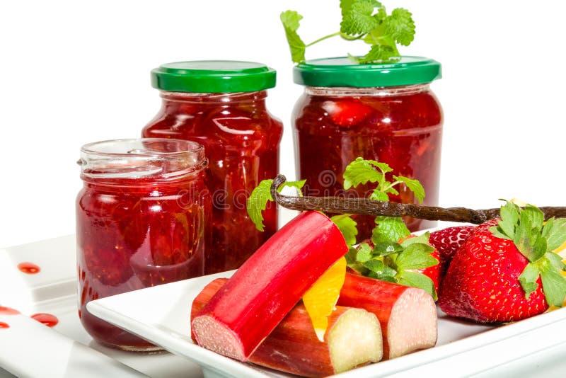 Confiture des fraises, de la rhubarbe et de la vanille photos stock