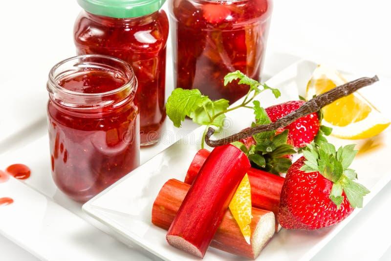 Confiture des fraises, de la rhubarbe et de la vanille photographie stock