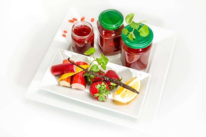 Confiture des fraises, de la rhubarbe et de la vanille photos libres de droits