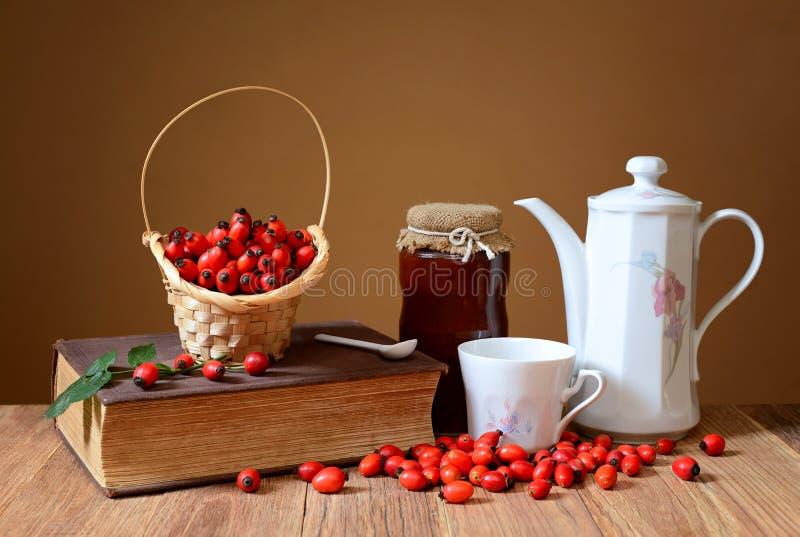 Confiture et thé frais de cynorrhodon image stock
