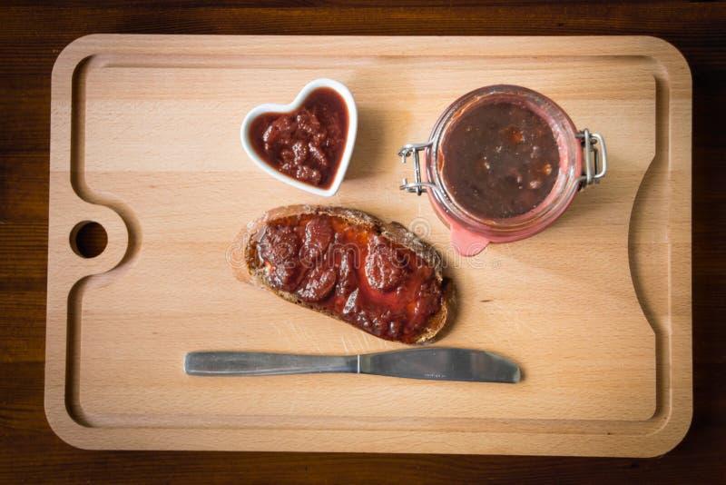 Confiture faite maison avec du pain et un couteau images stock