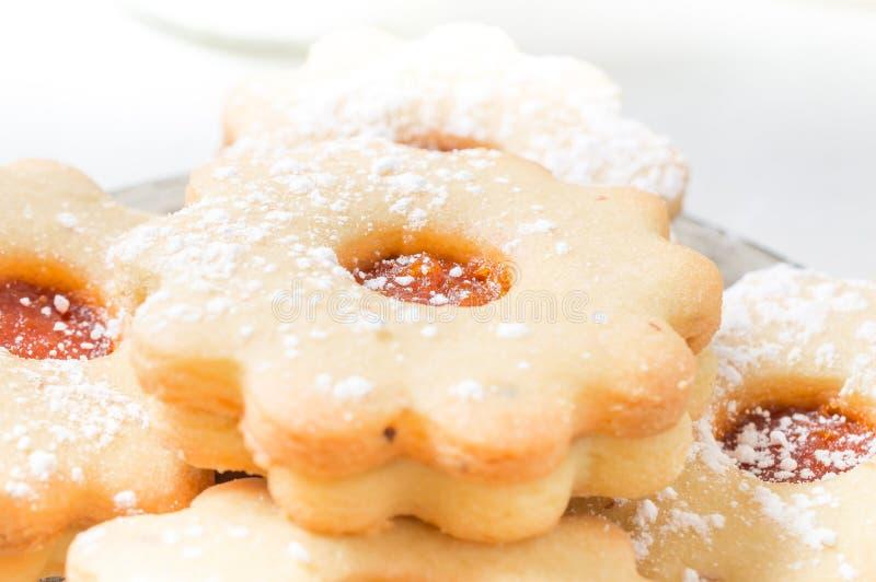 Confiture faite maison linzer d 39 abricot avec la fin de sucre glace image stock image du sabl - Confiture d abricots maison ...