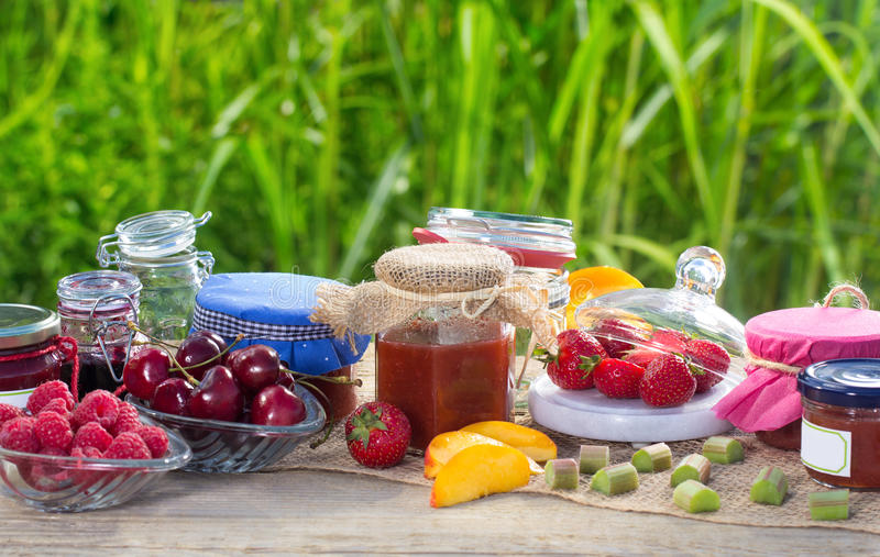 Confiture faite maison sur la table de jardin photo libre de droits