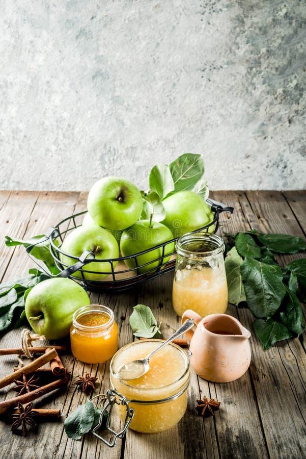 Confiture ou sauce faite maison de pomme images libres de droits