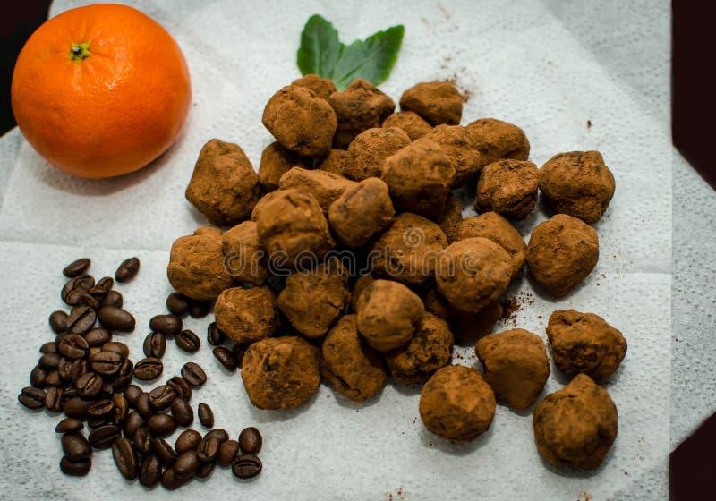 Confitures, caffè ed arancia del tartufo di cioccolato fotografia stock