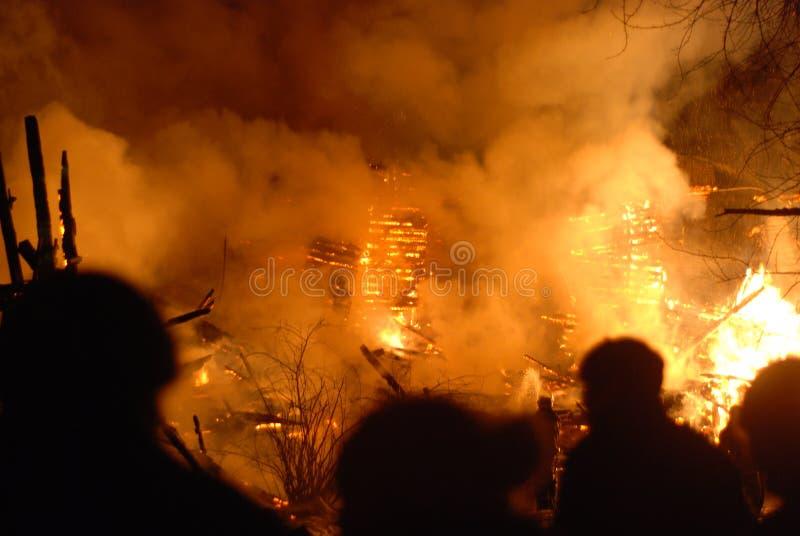 Conflagración/bomberos ardiendo /fire, gente en el fuego fotos de archivo libres de regalías