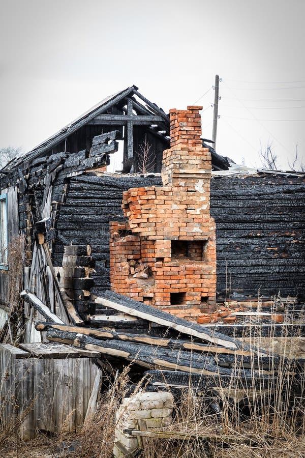 conflagration forno na casa de madeira imagem de stock