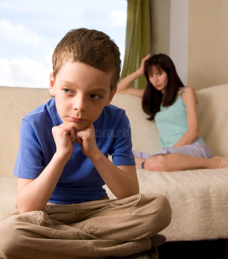Conflict tussen mum en de zoon stock fotografie