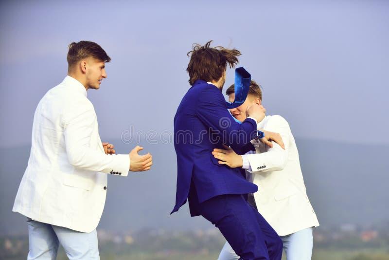 Conflicto del negocio grupo de hombres de negocios que luchan en el fondo del cielo azul, conflicto foto de archivo