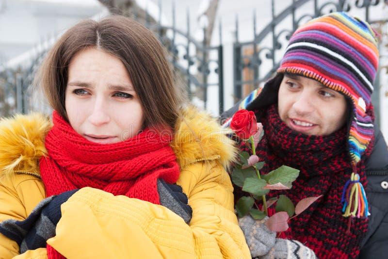 Conflicto en un par joven en invierno fotos de archivo libres de regalías