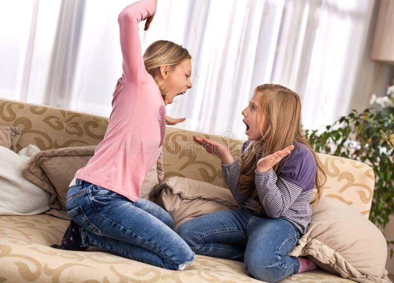 Conflicto, malas relaciones, dificultades de la amistad Dos jóvenes imagen de archivo