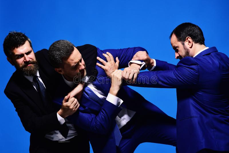 Conflit d'affaires et concept d'argument Combat de chefs de société pour la direction photographie stock